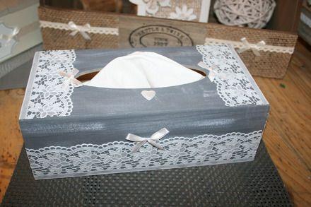 boite mouchoirs en bois peinte en gris et l g rement c rus e blanc est d cor e avec de la. Black Bedroom Furniture Sets. Home Design Ideas