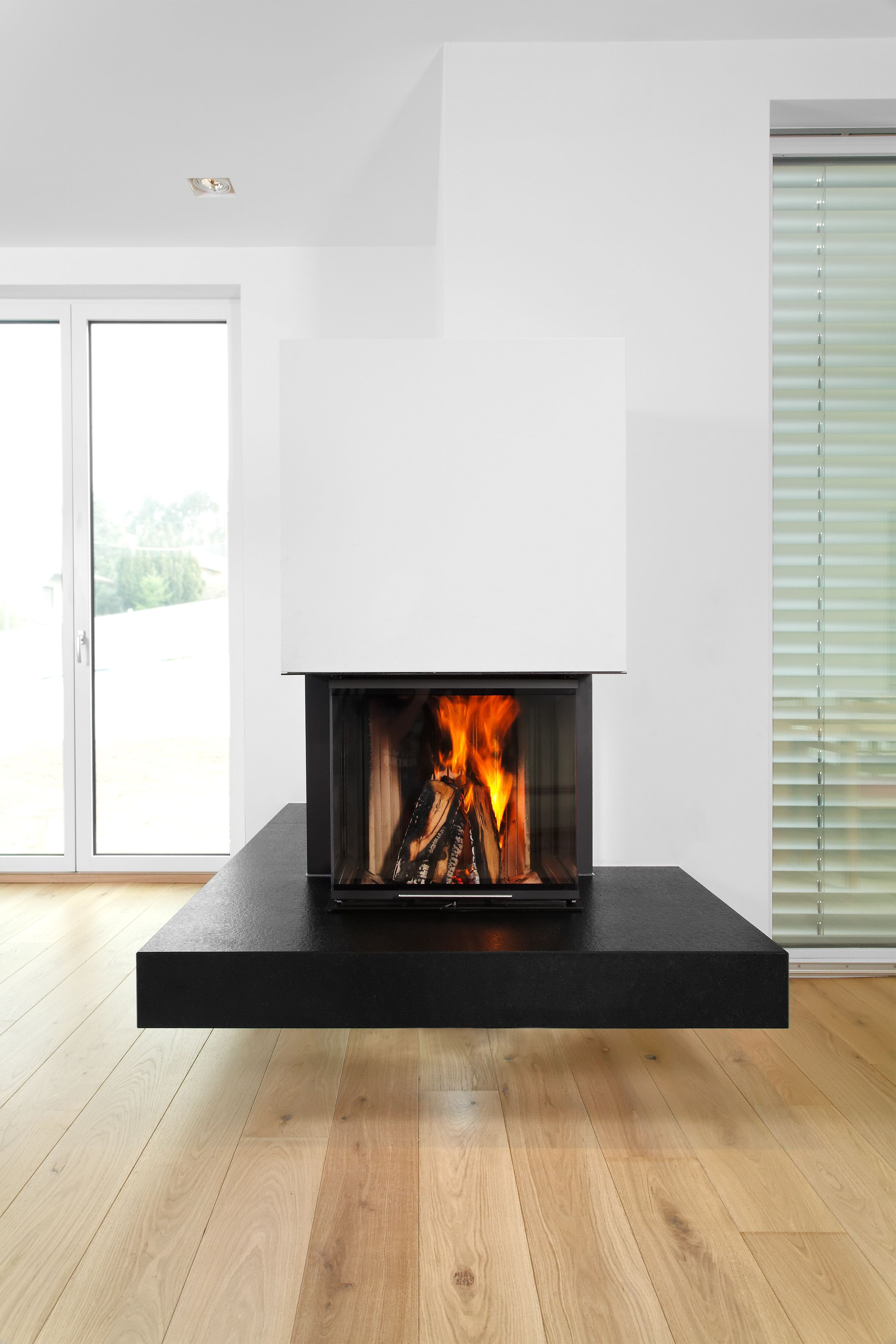 brunner schwebender kamin k nigsart schlicht mit schwarzem feuertisch und wei em putz. Black Bedroom Furniture Sets. Home Design Ideas