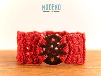Häkelschmuck, cochet jewelry, gehäkeltes Armband / Armschmuck rot mit Knopf aus Holz...