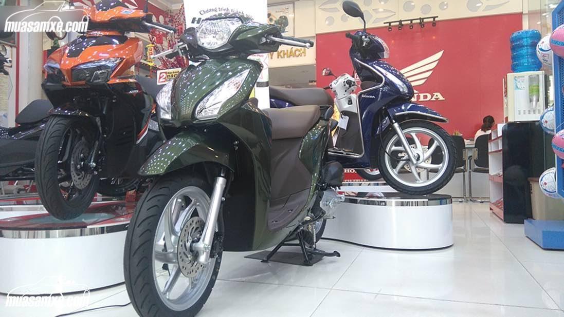 Giá xe Vision 2017 2018 cập nhật mới nhất hôm nay tại muasamxe.com: Honda Vision 2017 chỉ mới tung ra 3 màu sơn xám mờ, trắng và đỏ cùng với thiết kế mới, nhưng giá bán chưa được công bố. Tại Việt Nam mẫu xe Honda Vision 2017 có giá bán đề xuất là 29.990.000 đồng, tuy nhiên, vừa bước vào ngày đầu tiên của tháng 9/2016, Những chiếc Honda Vision đã được các đại lý HEAD chào bán với mức giá 34,800,000 đồng, tăng gần 5 triệu Đồng so với mức giá bán lẻ đề xuất trước đó…
