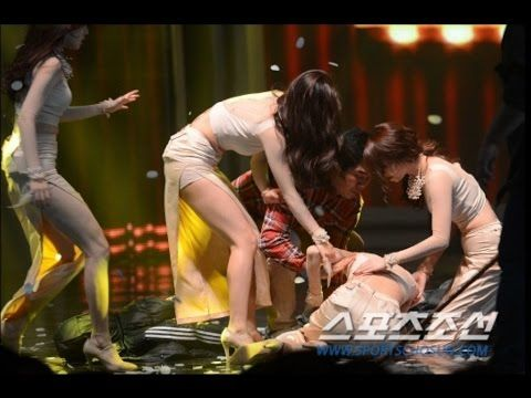 Girl S Day Hyeri Collapsed On Stage And Was Picked Up And Carried Out By Girls Day Manager Funny Moments Girl S Day Hyeri Idol