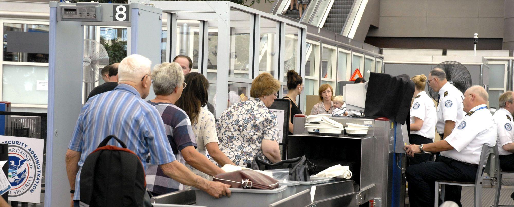 Cổng an ninh - tiếng anh cơ bản khi đi máy bay