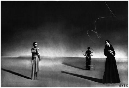 Un vestido de satén, centro, derecha y cerrado con un tobogán de metal, y un cabo del fraile otomana, derecha, de Schiaparelli de 1936 Fotografiado por André Durst