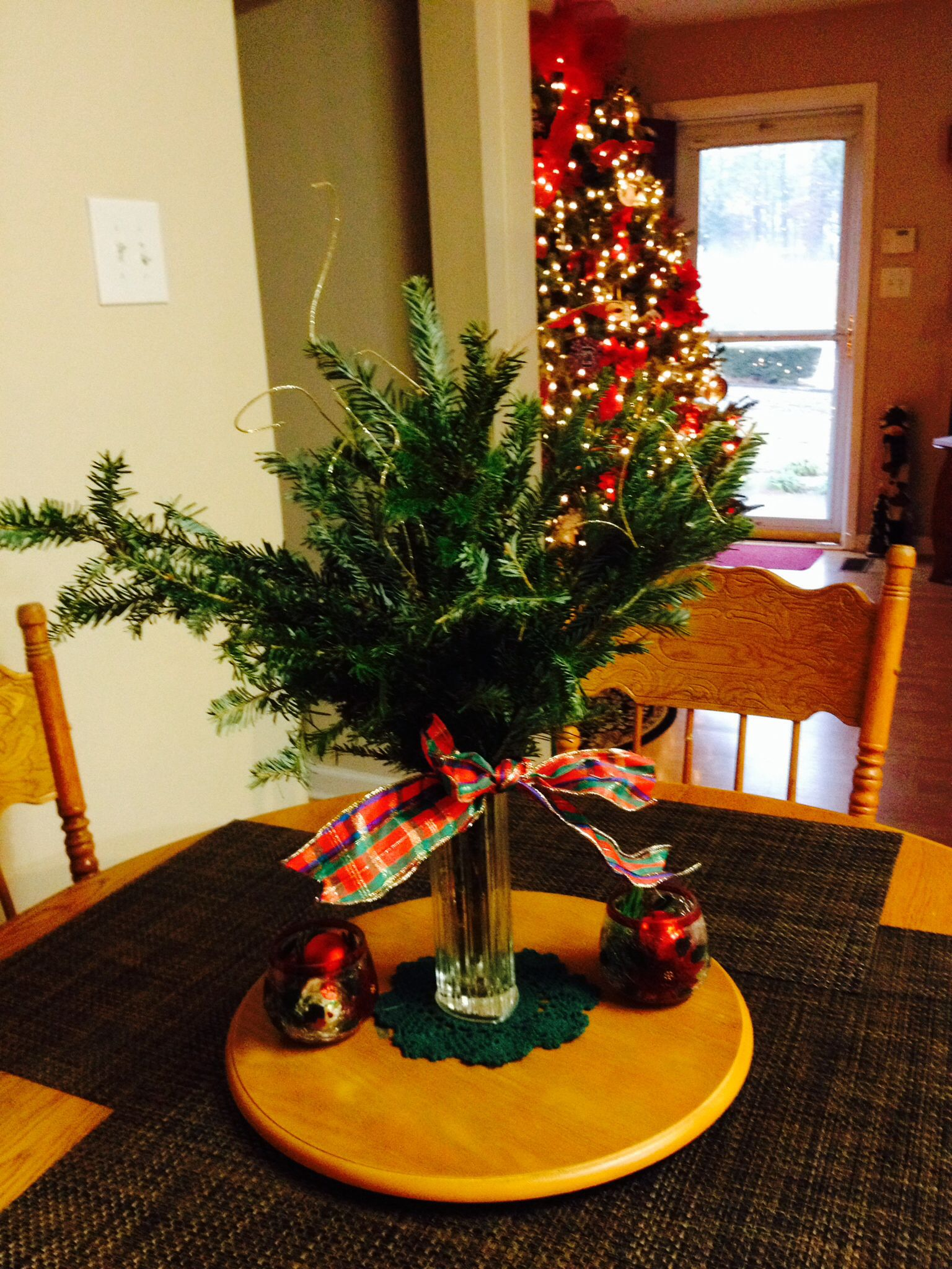 What to do with leftover Christmas tree branches?? Make an arrangement for a table!! Throw on a ...