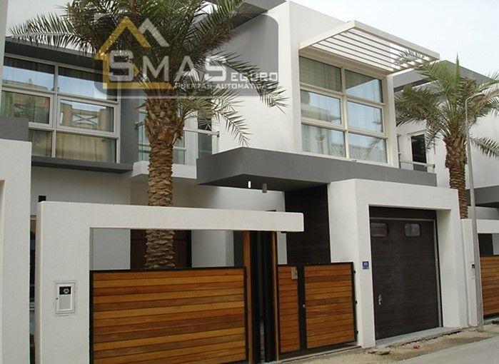 Casa bonita con garaje fabricado con madera portales for Garajes automaticos