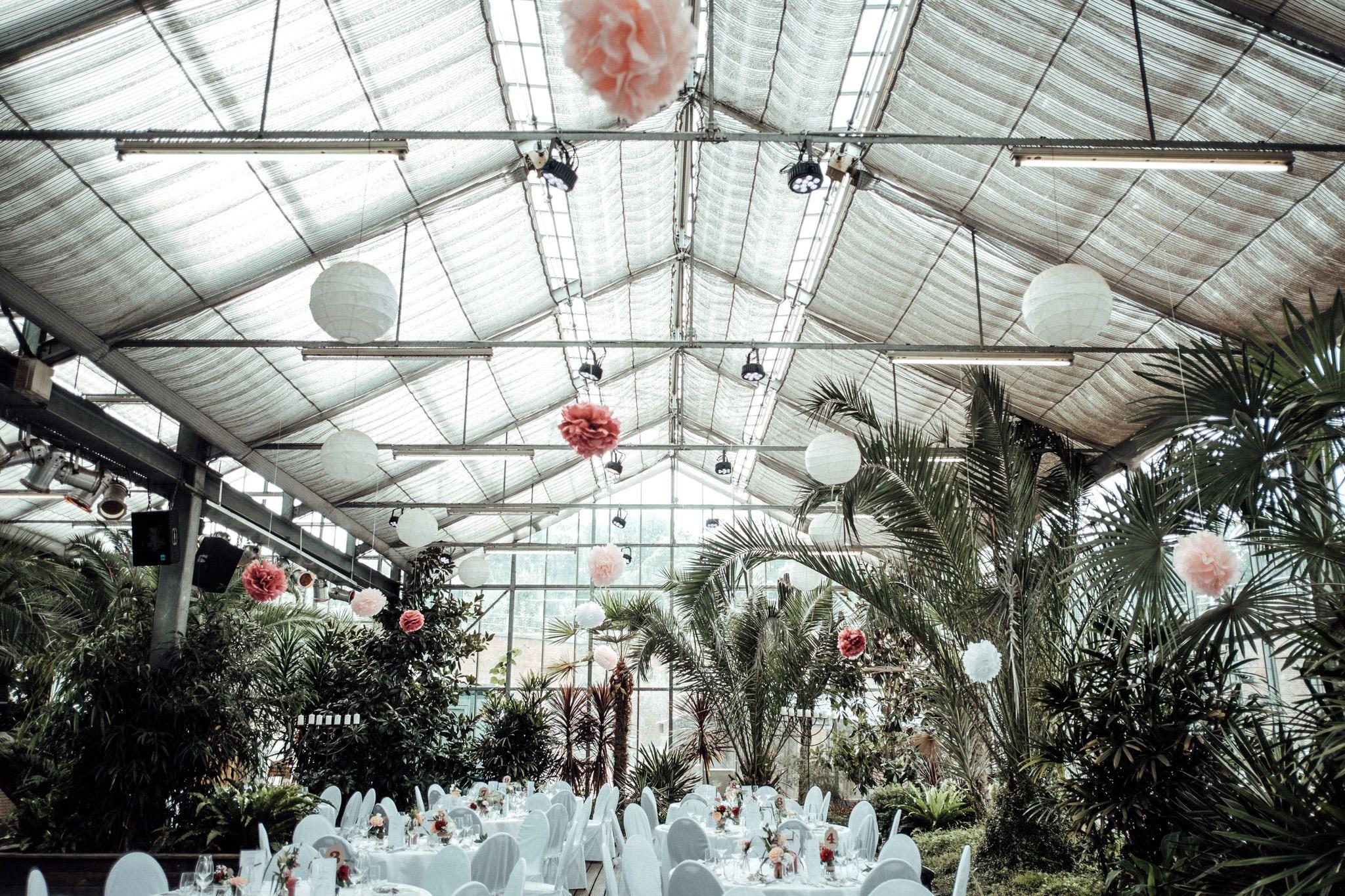 Aussergewohnliche Hochzeitslocation In Nrw Blumenhalle In Julich Hochzeit Feiern Im Gewachshaus Gewachshaus Hochzeit Hochzeitsfotograf Hochzeitsfotos
