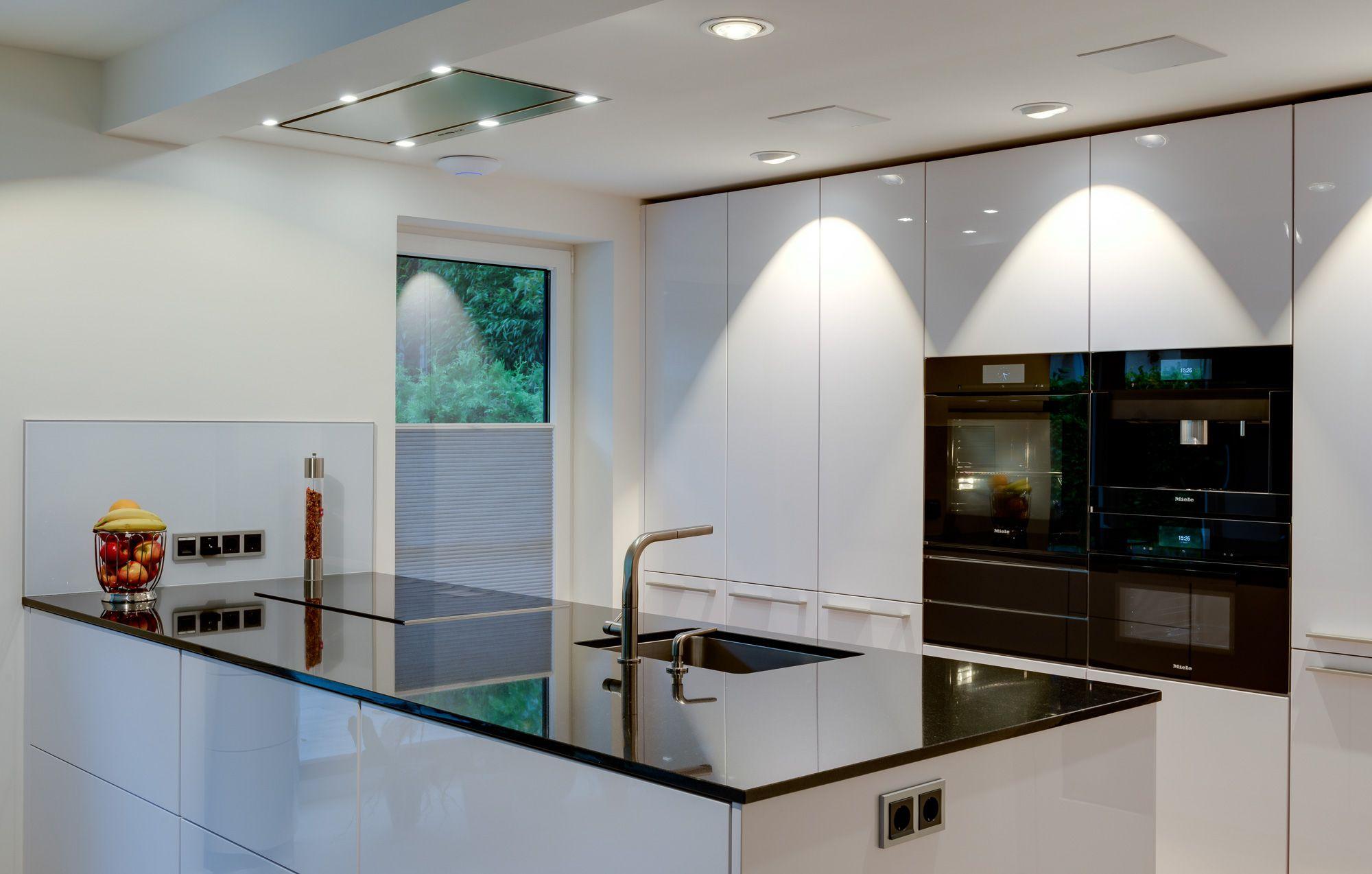 Minimalismus beim Kochen und Spülen Das minimalistische Design der ...
