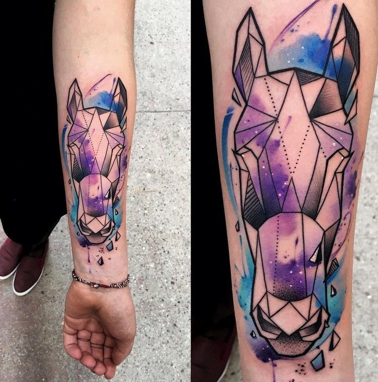 Unterarm Tattoo Mit Geometric Pferd Und Watercolor Design