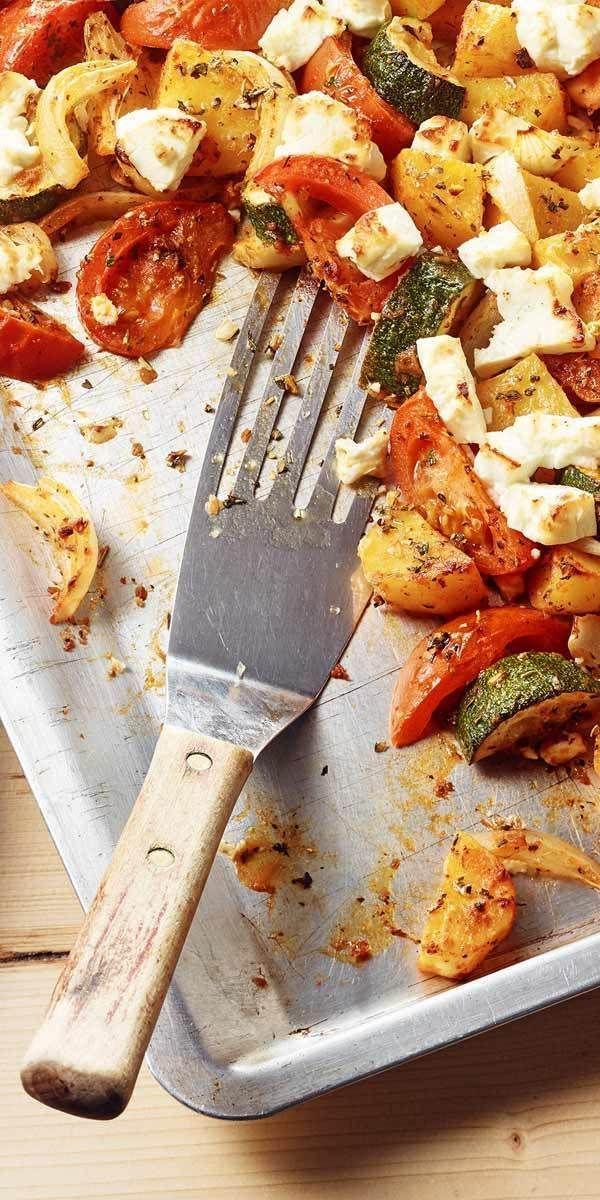 Rezepte vom Blech sind meist einfach zuzubereiten - so auch diese köstlichen Kartoffeln mit Feta. Zusammen mit Zucchini und Tomaten schmecken sie herrlich mediterran und sind etwas für die ganze Familie. Guten Appetit! #mediterraneanrecipes