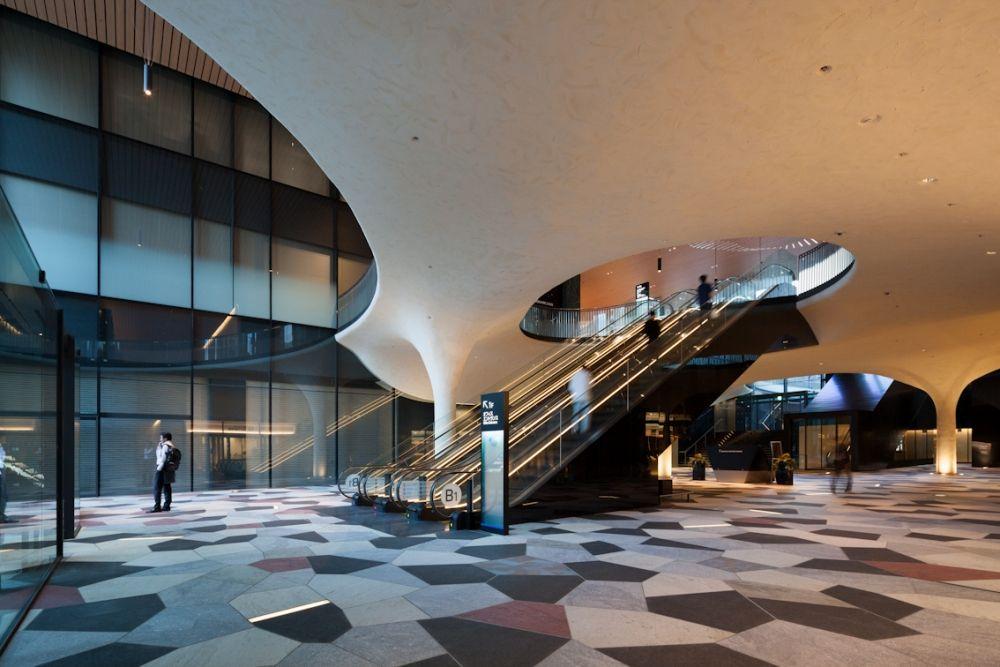 地下1階の貫通通路 曲面を多用したデザインだ 3次元曲面の立体トラス