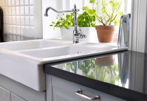 Forkromet blandingsbatteri og dobbeltvask af porcelæn { Kök