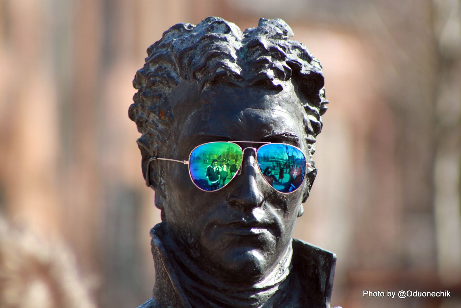 Одна из скульптур около м. Горьковская примерила очки =)