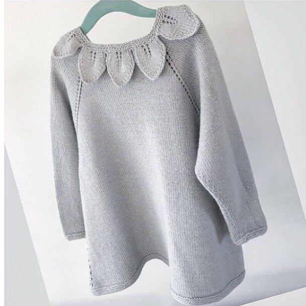 Løvkragedansekjole 🍂 Strikket av @lofotstrikk og oppskrift finner du i Dale garn's hefte 'DG327 Pure Eco Baby Love'