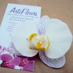 5% et FDP offerts avec le code SPECIAL - Broche ou barrette fleuron orchidée blanc parme cœur jaune
