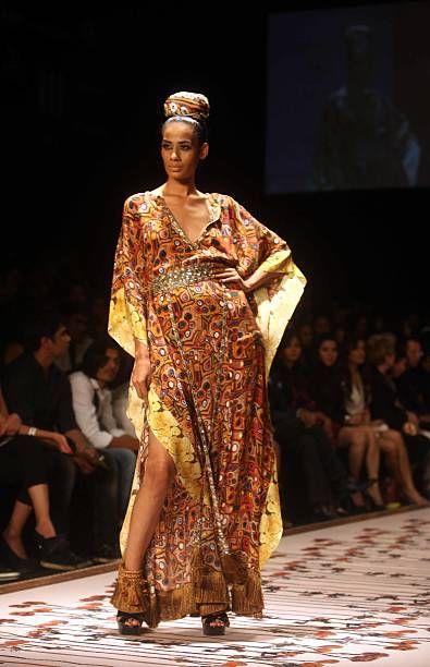 Mallissa esitellään suunnittelija Pria Kataria Purin kokoelma Lakme Fashion week Summer Resort 2011 -museossa Mumbaissa