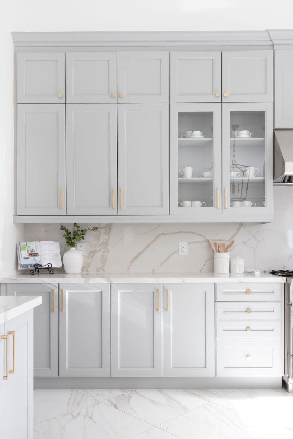 A Modern Kitchen With A Traditional Touch Transitional Kitchen Dc Metro By Boss Design Cente In 2020 Timeless Kitchen White Kitchen Design White Modern Kitchen