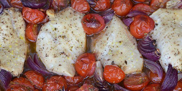 Super simpel opskrift, hvor kyllingefileter tilberedes i et fad sammen med tomater, balsamico og rødløg.