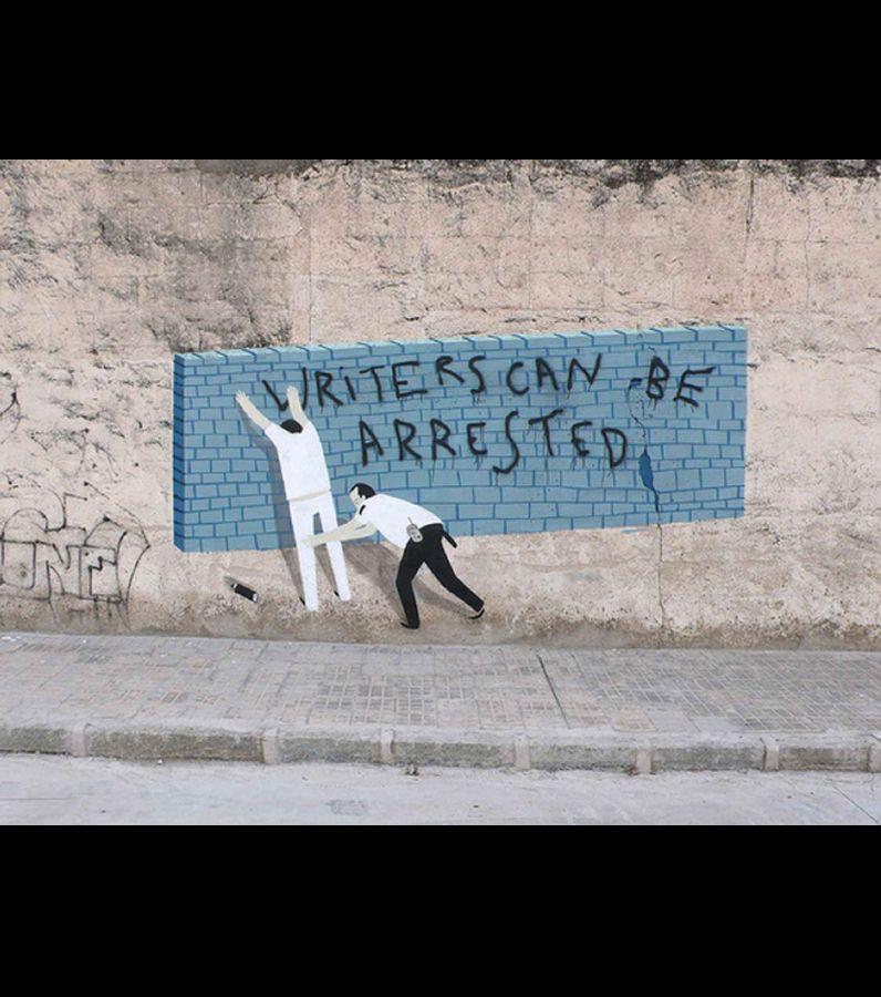 Oniriques et surréalistes, les œuvres street art de l'artiste espagnol Escif recouvrent les murs des villes pour...