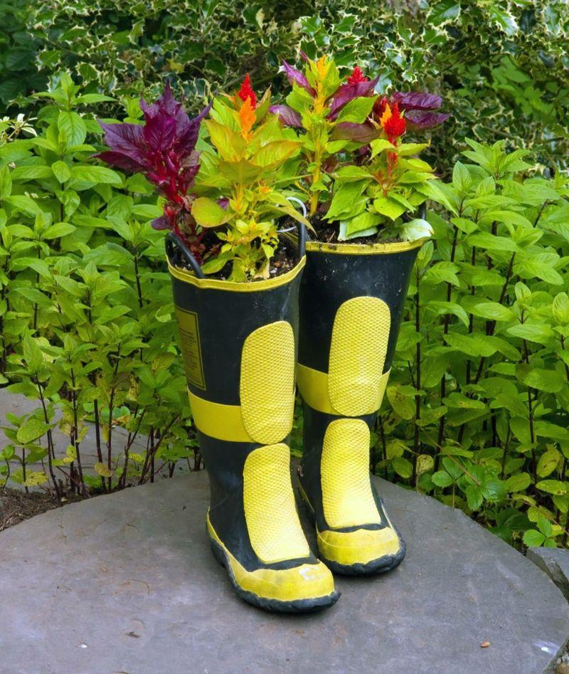 Alte Schuhe Bepflanzen Stiefel Gelb Schwarz Sommer Blumen Garten Idee Gartencontainer Topf Und Kubelpflanzen Pflanzgefasse