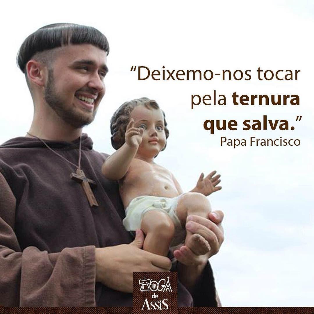 """""""O Menino que nasce interpela-nos: chama-nos a deixar as ilusões do efêmero para ir ao essencial, renunciar às nossas pretensões insaciáveis, abandonar aquela perene insatisfação e a tristeza por algo que sempre nos faltará. Nos fará bem deixar estas coisas, para reencontrar na simplicidade de Deus-Menino a paz, a alegria, o sentido da vida""""._Papa Francisco  #tocadeassis  #jesus #papafrancisco"""