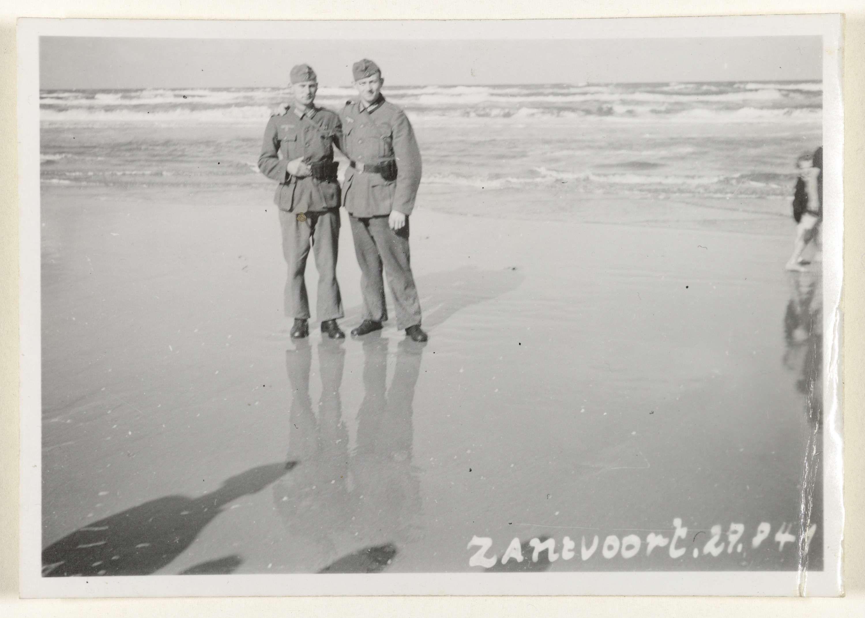 Anonymous | Duitse soldaten in Zandvoort, 1941, Anonymous, 1941 | Amateurfoto van Duitse soldaten uit 1941 in Zandvoort. Twee mannen staan in uniform aan de rand van zee.
