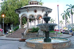 """Tus vacaciones de verano en Acapulco no estarían completas sin una visita a la Avenida Costera Miguel Alemán, la vía turística más importante de este destino. Con más de 12 km a lo largo de la Bahía de Acapulco, la tradicional """"Costera"""""""