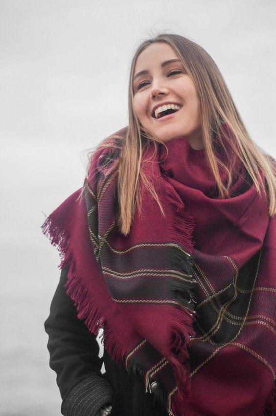 Comment porter mettre une charpe oversize homme et femme grosse echarpe en hiver et charpes - Comment mettre une echarpe plaid ...