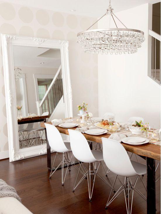 Een sfeervolle spiegel met een witte barok lijst die overal in huis ...
