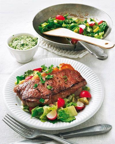 Steak auf lauwarmem Salat mit Zitronen-Kräuterbutter