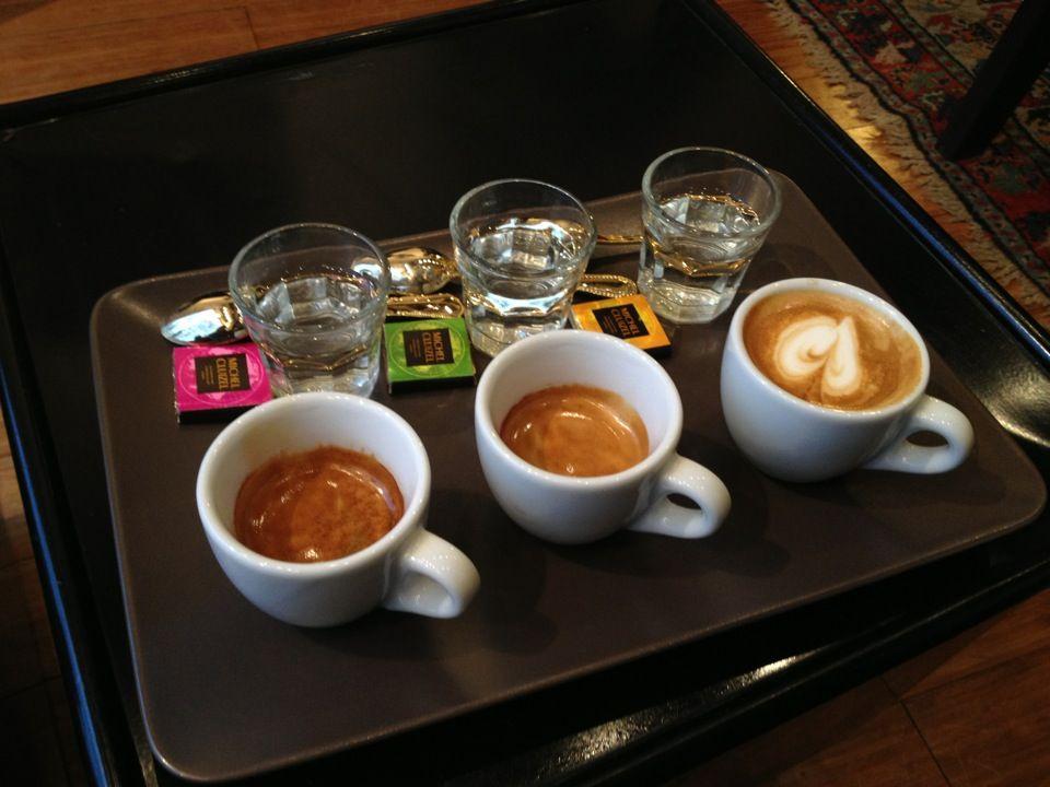 Udefra ser stedet ikke ud af så forfærdeligt meget, men når man træder indenfor, vil man øjeblikkeligt mærke den behagelige, indbydende stemning, og dufte de uimodståelige kaffearomaer.