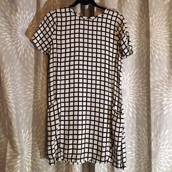 A&F Shift Dress Black and white checkered print. Shift dress. Above the knee length. Two front pockets. Thick enough that no layering is required. Silver back zipper detail. Round neck line. Short sleeves. FREE PIECE OF JEWELRY WITH EVERY PURCHASE Abercrombie & Fitch Dresses