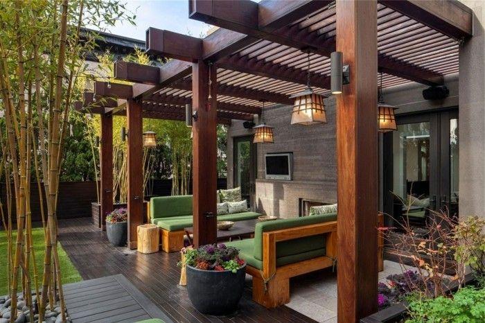 superbe suggestion pergola, adossée à une maison moderne, abri pour un espace de repos, suspensions au goût vintage