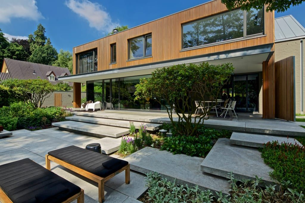 Modern amfitheater op oude stuwwal: moderne tuin door jaap sterk
