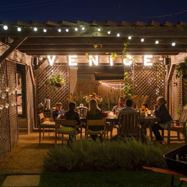 ideas para crear un camino con luces econmicas en una fiesta al aire libre