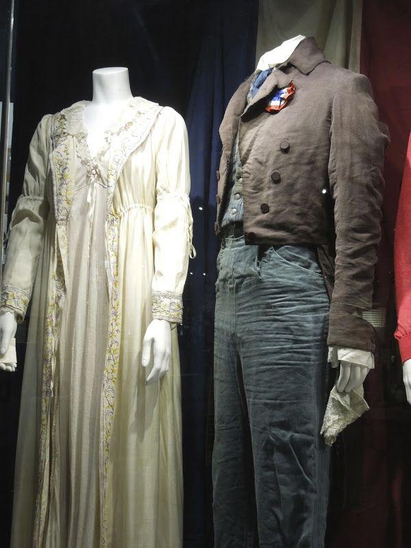"""Figurino de dos personagens de Cosette e de seu amado, no filme """"Os miseráveis"""""""