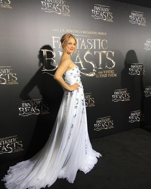 The intoxicating #AlisonSudol arrives to show us her Queenie magic on the black carpet tonight. #FantasticBeasts #premiere