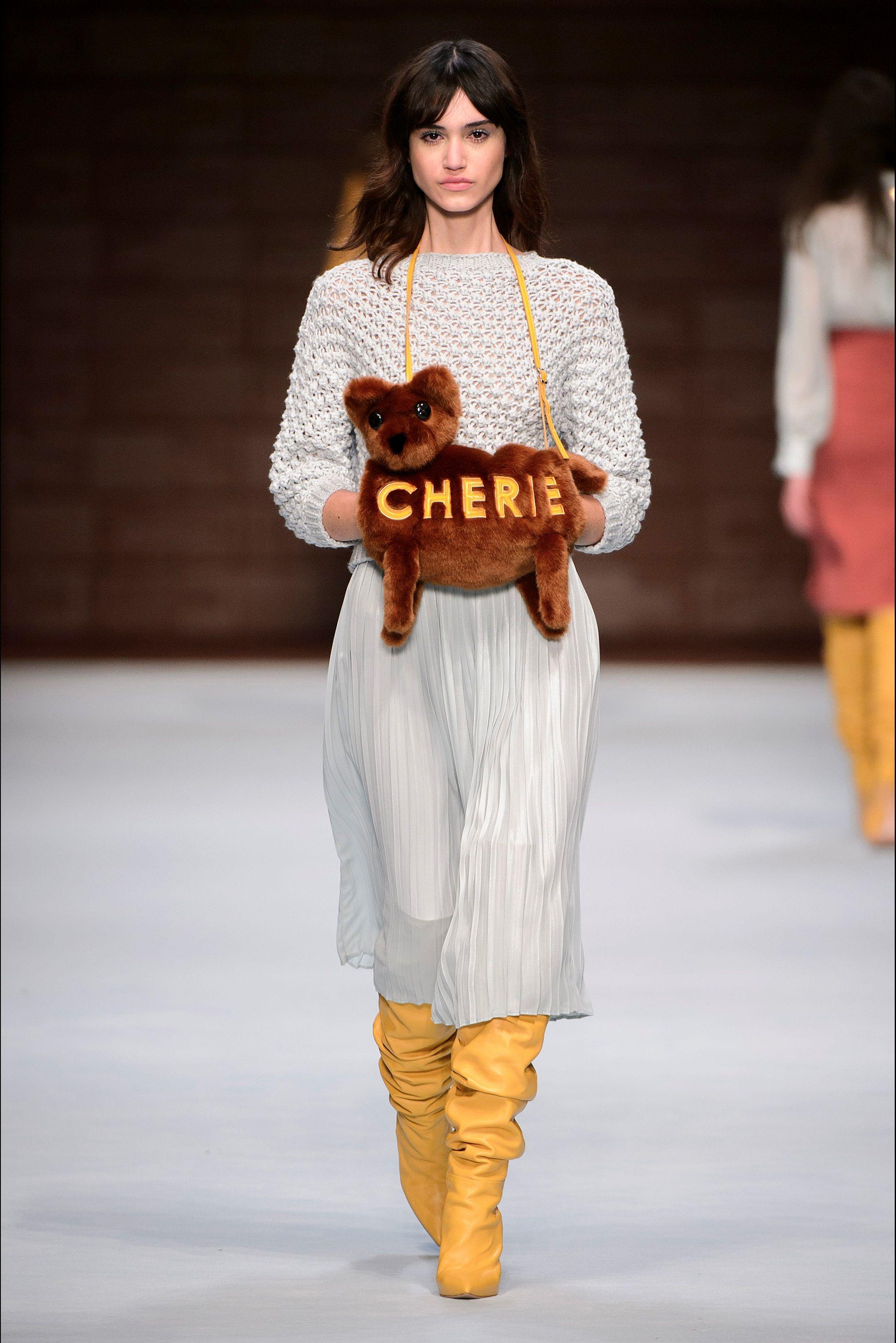 6a62c40c84960 Guarda la sfilata di moda Elisabetta Franchi a Milano e scopri la  collezione di abiti e accessori per la stagione Collezioni Autunno Inverno  2018-19.