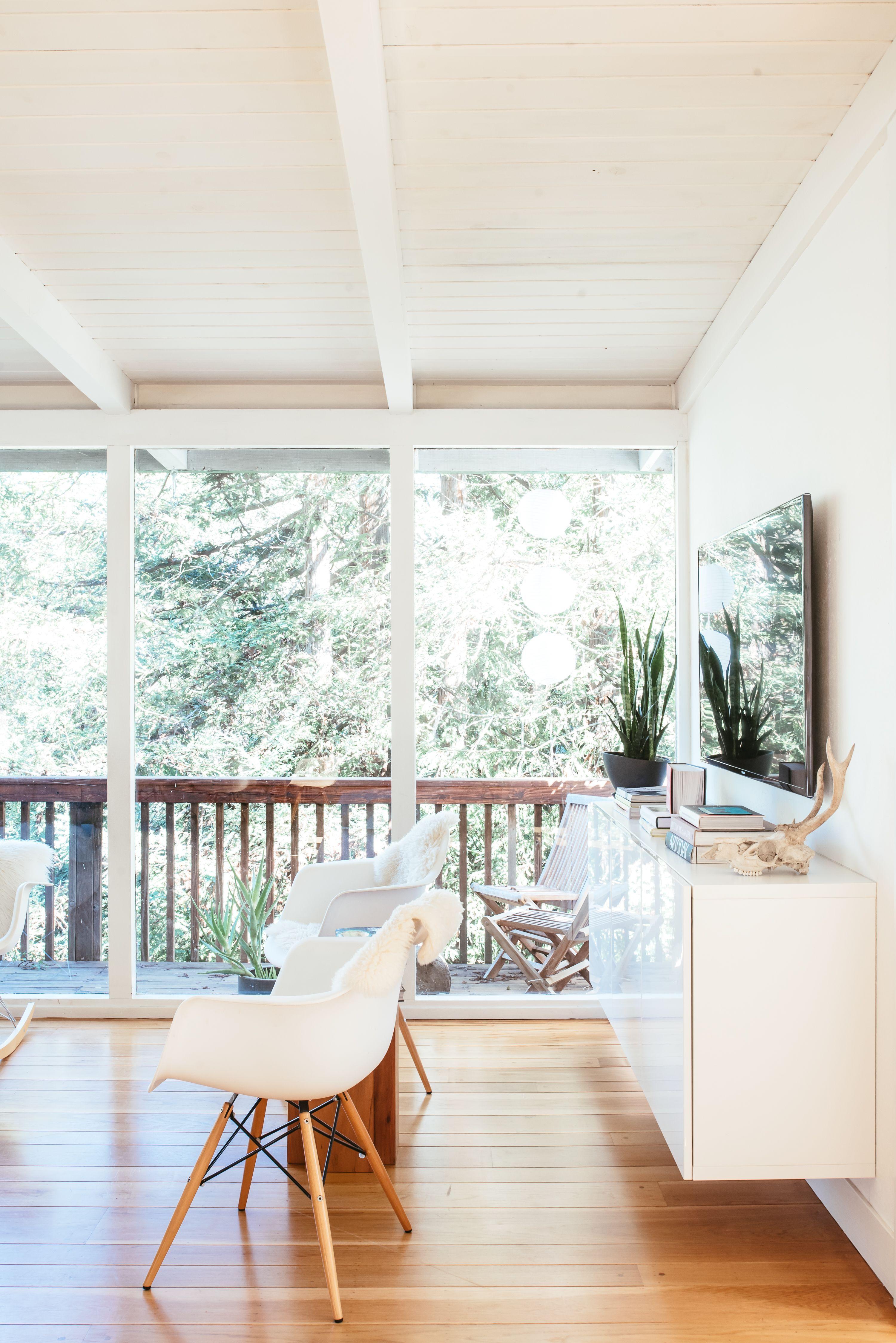 Scandinavian Simplicity in the California Woods Decor