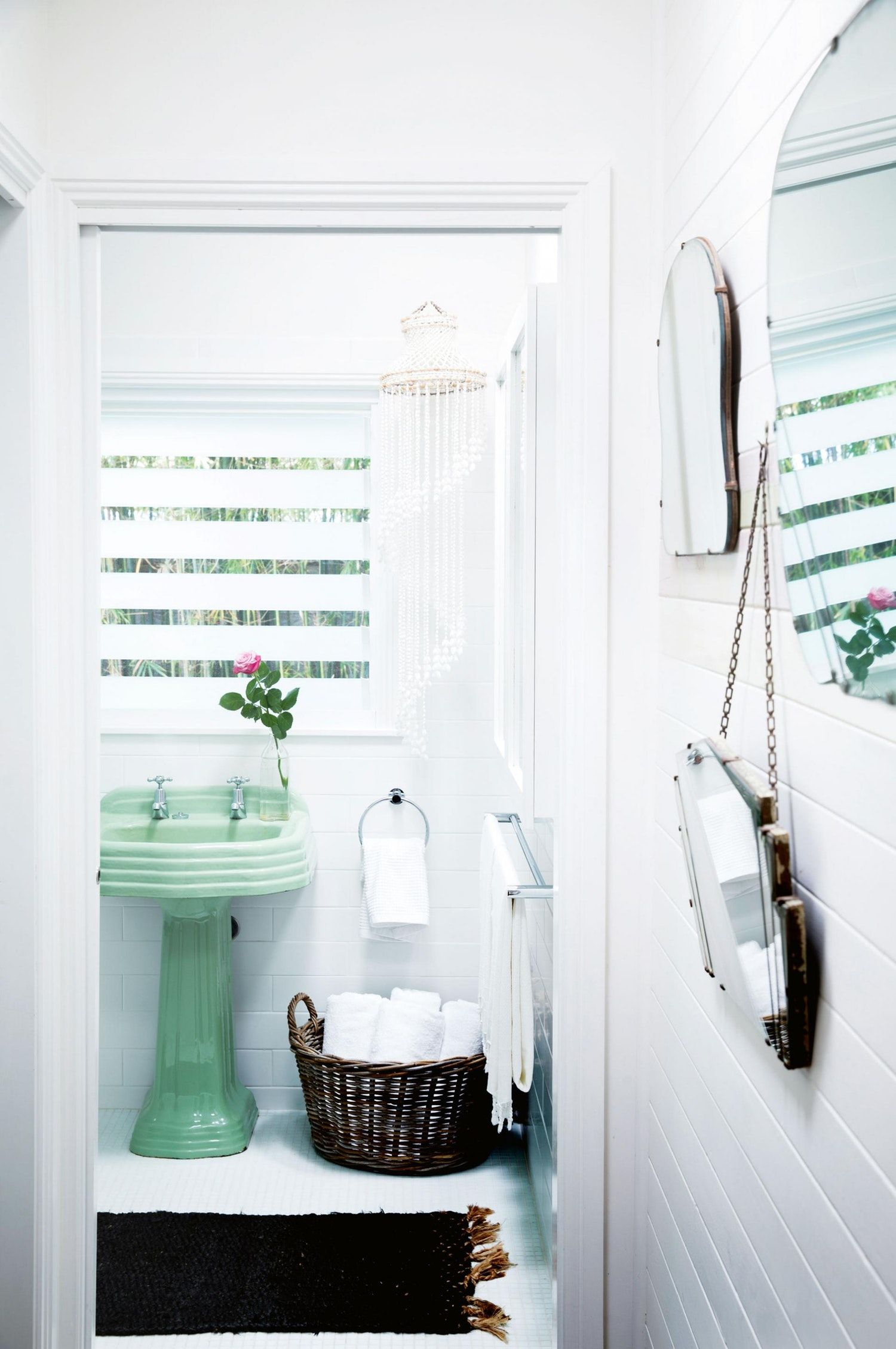 7 Modern Bathrooms with Colorful Vintage Fixtures | 50s bathroom ...