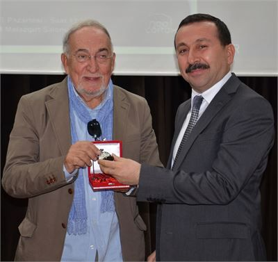Rektör Prof. Dr. Hakkı Gökbel, Şair-Yazar Hilmi Yavuz'a Selçuk Üniversitesi'nin köstekli saatini hediye etti