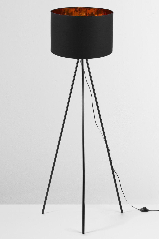 Tris Stehlampe in Mattschwarz und Kupfer. Egal, ob diese Lampen an oder aus sind – Tris ist Design mit Wow-Faktor. Die Kollektion umfasst Steh- und Tischlampen mit einem Baumwollschirm, der innen mit einem angesagten Metallic-Finish überrascht.