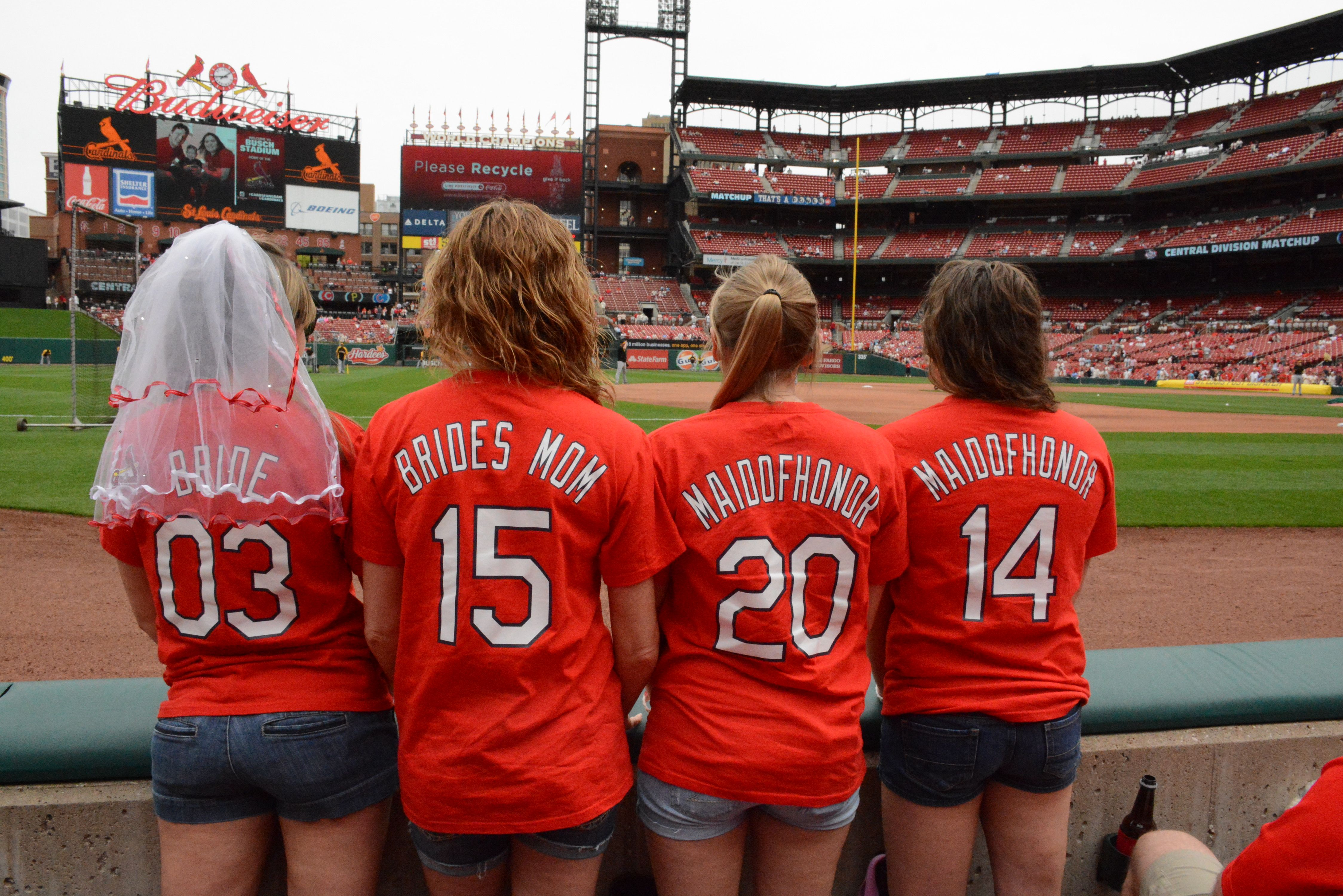 how many people does busch stadium hold