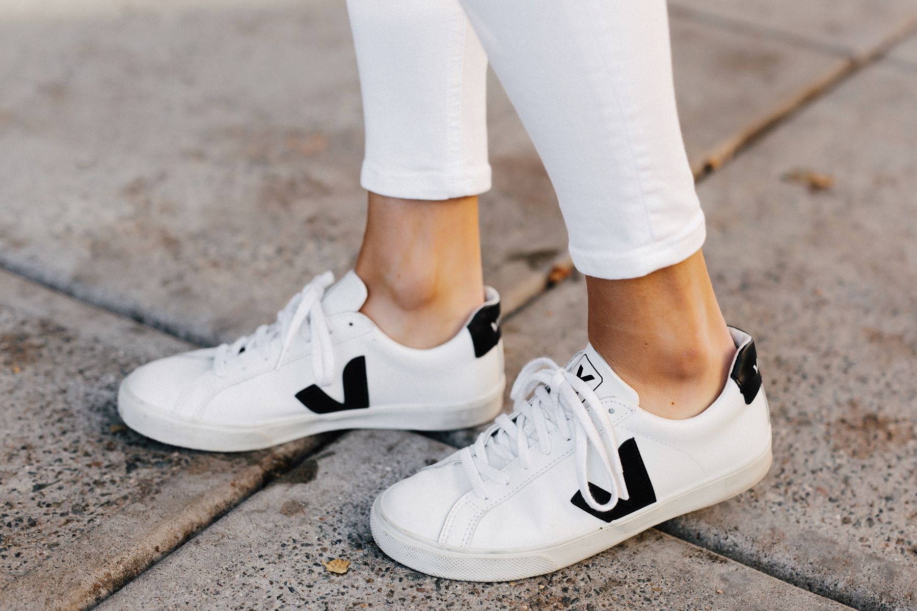 free delivery cozy fresh official photos Woman Wearing Veja Esplar White Sneakers Fashion Jackson San ...
