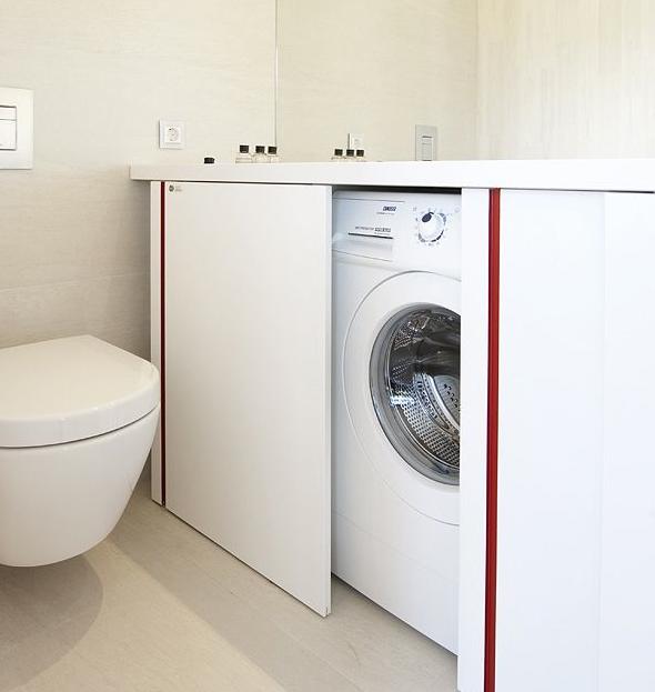 mobile bagno con lavatrice sotto piano nascosta da anta a