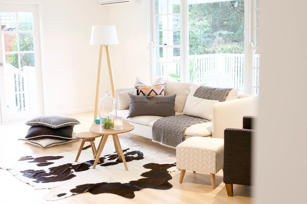 Reforma de una vivienda-antes y después-decoración-salón-sofá-y ...