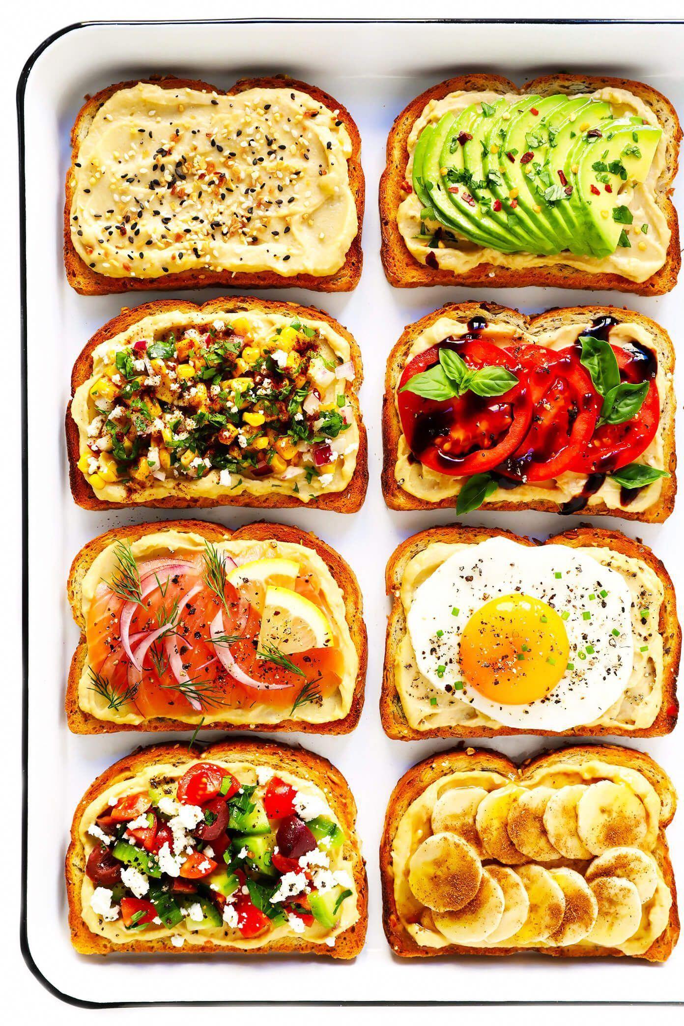 Hummus Toast é divertido de personalizar com suas coberturas favoritas, e contribui para um delicioso café da manhã, almoço, jantar ou lanche saudável!  Leia mais para mais detalhes sobre 8 de nossas coberturas favoritas -