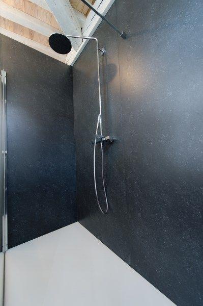 deze douche werd afgewerkt met kerlite-tegels van 1m breed en 3m, Badkamer
