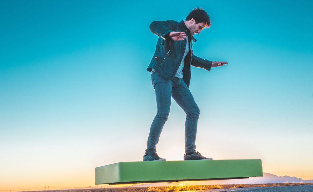 ArcaBoard, le hoverboard du futur existe... mais il coûte 20 000$ ! - http://www.leshommesmodernes.com/arcaboard-hoverboard/
