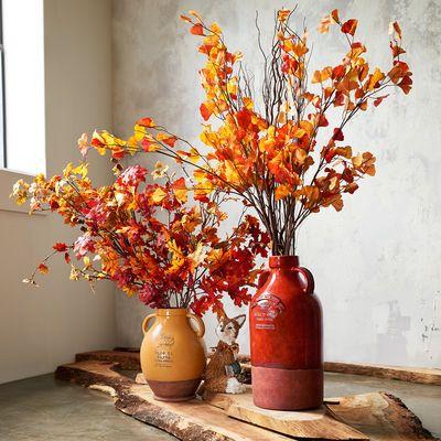 Que tal trocar os típicos vasos de flores, por vasos com ramos de folhas secas?