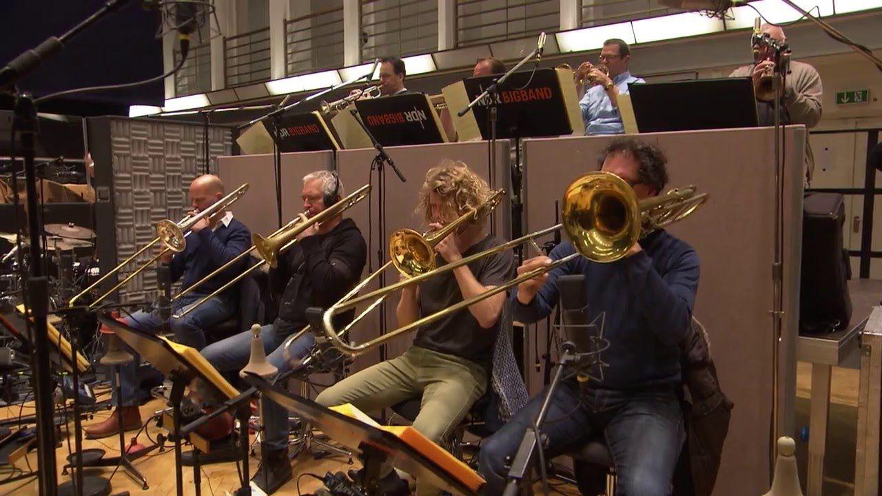 Al Jarreau & NDR Bigband - JazzNight am 16. November 2016 im Festspielhaus Baden-Baden  Singen können viele. Doch Al Jarreau singendgurgelnd mit der Zunge schnalzend stöhnend schreiend flatternd flüsternd seufzend knatternd  verfügt über ein Arsenal stimmlicher Möglichkeiten das mit dem keines anderen männlichen Sängers vergleichbar ist so der Jazzpapst Joachim-Ernst Berendt über den Ausnahmekünstler. Das einzigartige Klangspektrum seiner Stimme demonstriert Al Jarreau bei uns an…